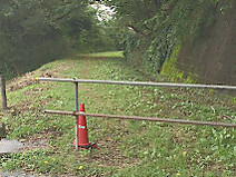 Rail_road_behind_golf_club